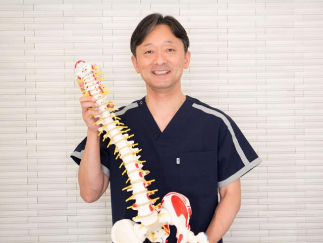院長と骨格模型